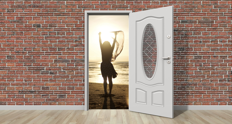 Pared de 0's y 1's con una puerta abierta donde se ve el mar y una mujer victoriosa.