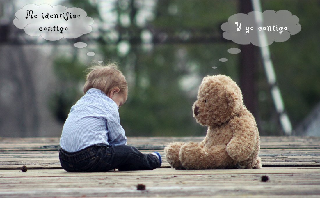 Un niño y oso de peluche que se identifican mutuamente.