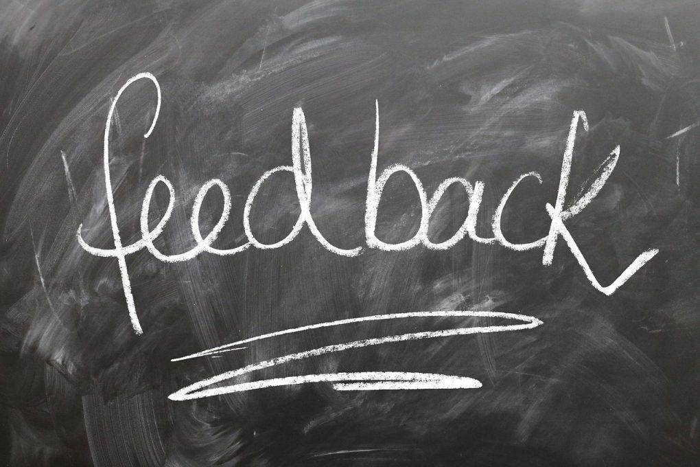Pizarra con la palabra feedback.