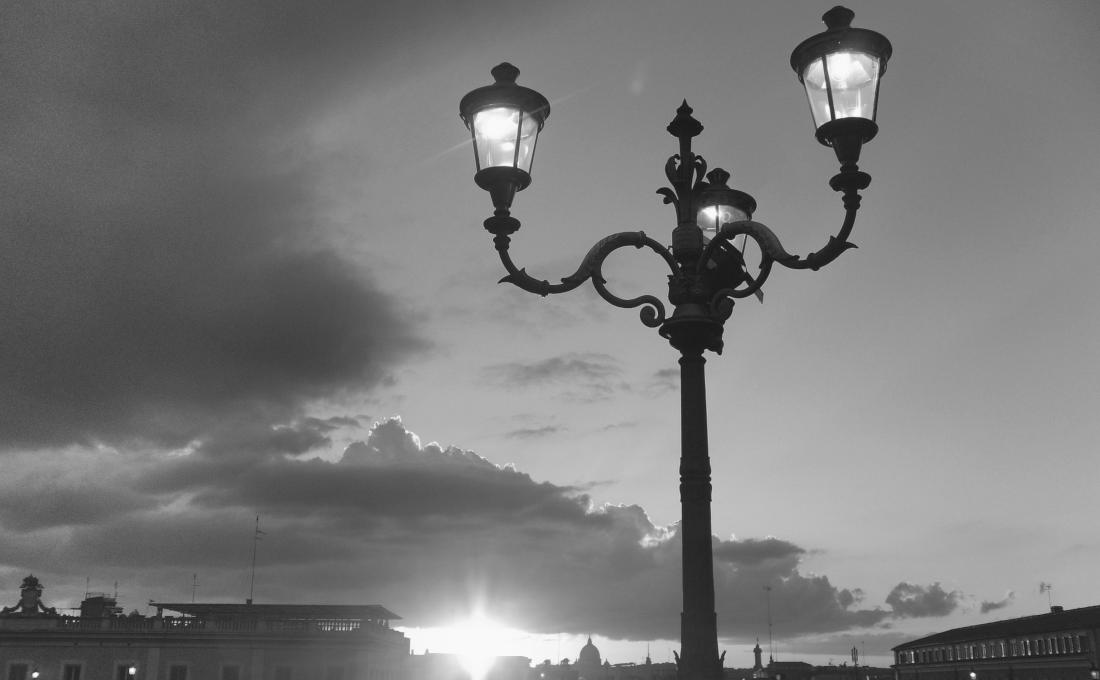Luces artificiales y la luz del sol.